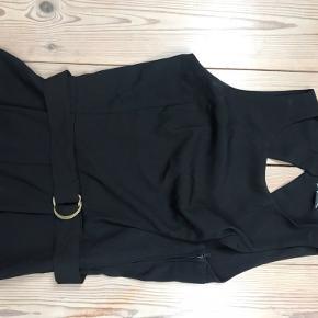 Smart buksedragt med detaljer på ryggen.