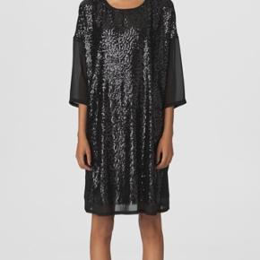 Fin kjole fra By Malene Birger, style Milliah.  Kjolen er helt ny og aldrig brugt. Str. 34 i sort. Er stor i størrelsen, som det meste af BMB er.  Underkjole medfølger ikke.