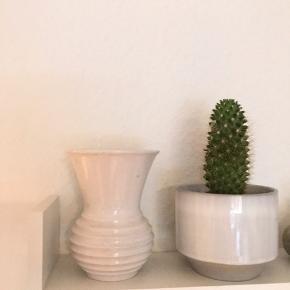 Michael Andersen vase ..  den har en lille mørkt plet.  Super sød og hyggelig vase i hvid.  Hvis seriøs, ka sende flere billeder.