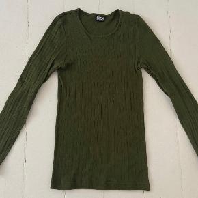 Populær basic bluse fra MN i smuk oliven grøn farve. Str one size 🌱🌝  💌 sender igennem TS eller afhentes på Vesterbro. 💞