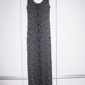 100 % NY: Lang t-shirtkjole i 95 %  viscose+ 5 % elastan.  Brystvidde: 42 cm x 2 + strech Hoftevidde: 45 cm x 2 + strech Længde: 146 cm   Ingen byt, og prisen er fast