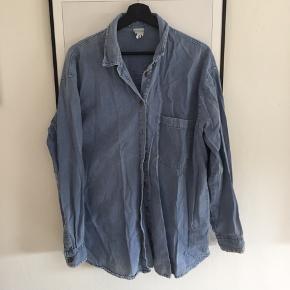 Skjorte fra monki i str. L! Men kan passes af en M.