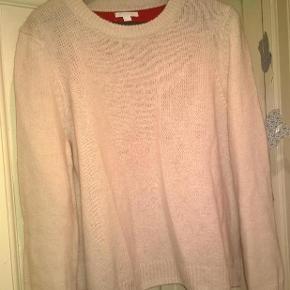 Varetype: Sweater ***sælges billigt***Farve: creme Oprindelig købspris: 899 kr.  Lækker hvid sweater med rød ryg. Strik. Aldrig vasket og kun prøvet hjemme, så faktisk ny.