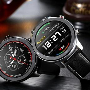 """Smartwatch Pris : 300 kr Uret kan bruges til både hverdag, men samtidig også pænere brug, da uret er meget enkelt og stilfuldt. Dette smartwatch er den perfekte ledsager til din træning og udendørs aktiviteter. Skridttæller:Målerdineskridt,visuelt klar med et enkelt blik Kalorier:Måler brændte kalorier, så du helt kan have styr over, hvor mange skridt du har brug for at tage Pulsmåler:24 timer i alt vejr kan den måle dine pulsændringer og viser dig en klar oversigt af data på appen. Blodtryksmåler:Indbygget optisk blodtrykssensor. Måling af ilt i blodet:Måler ilten i blodet og holder din krop på et sundt niveau. Søvnovervågning: Overvåger brugerens dybe-ellerlette søvntilstand,hjælper med at forbedre søvnkvalitet ogat holde huden sund. Påmindelse om stillesiddende adfærd:Når du har siddet stille for længe, vil dettearmbåndpåmindebrugeren om at stå op og få noget motion Er en godnotifikationsmeldertilindgående opkald,SMS'er,ogApppushmeddelelser. Gå aldrig glip af vigtige beskeder, mens du dyrker sport eller er i et møde Batteri: 230 mAh kan holde til 15 dages standbytid,5 dage ved brug. Bluetooth V 4.2 Urremme length: 24 cm Størrelse: 1.3 """" Datasynkronisering IP68 tæthedsklasse hvilket betyder at det kan holde til lidt af hvert. Vandbeskyttelse : 30 m SøgWearFiti Google Play eller IOS for at downloade appen."""