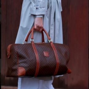 CÉLINE boston taske med monogram i mørk læder Mål: 50*25