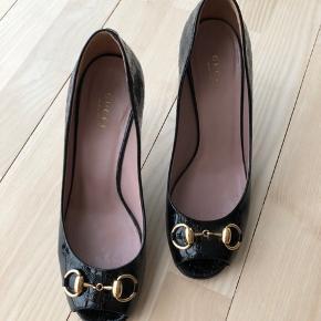 Fine Gucci peep toe og horsebit. Sort monogram ❤️ Æske, kvittering, nye hæledutter og dustbag medfølger.