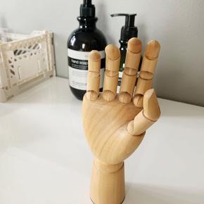⚡️ Fin lille træhånd fra HAY ⚡️ Ca. 6,5 cm høj ⚡️ I helt fin stand ⚡️ Kan afhentes på Amager