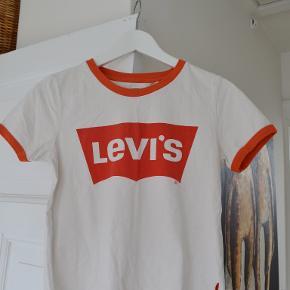 Sælger denne dejlige t-shirt fra Levi´s Brugt meget få gange Føler den er til den liiidt cropped side  kan sende med Tradono eller DAO på købers betaling