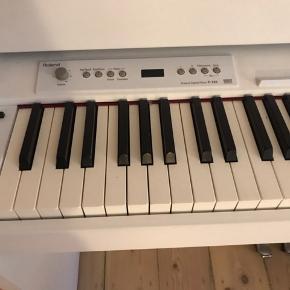 El-piano fra Roland F 120 hvid mat.  Klaveret er fra 2014 og meget lidt brugt. Fantastisk lyd og flot udseende. Kan skilles ad.  Kvittering og brugsanvisninger følger med.  Ny pris: 6180 kr