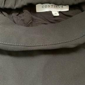 Fin nederdel med nitter og en lille skrå detalje, passer også en L 😊  Bud modtages - ved køb af flere ting, gives der mængde rabat.