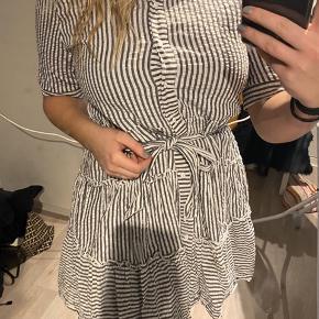 Fin sommerkjole, som også fungerer med en sweater. BYD