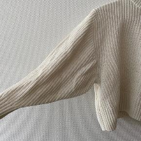 Creme hvid cropped sweater fra Monki med ballonærmer ✨   NB: Prisen er fast & eksl. fragten.  Tager derfor ikke i mod bud.