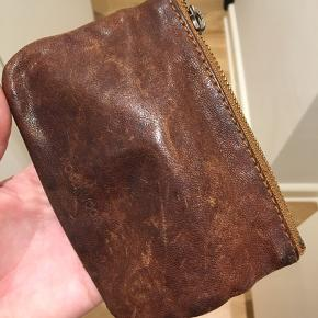 Retro pung fra Wood Wood i læder med guld lynlås. Pungen har ét rum med god plads.   Mål: 10 x 14 cm