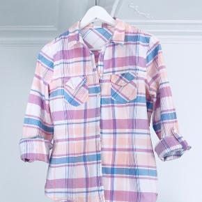 Sommerskjorte med opsmøg i fine farver.  Mangler knappen til det ene ærme-opsmøg, den kan nemt erstattes med en anden eller ærmet kan rulles op som vist på foto.   Se også mine andre annoncer & gør et godt køb 🎶