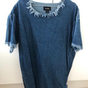 Super fin Monki kjole. Der kun er blevet brugt få gange og sælges så den forhåbentlig kan blive brugt lidt mere af en anden.  Har du spørgsmål til kjolen, så spørg endelig 😉
