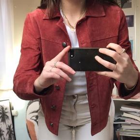 Fed, rød ruskindsjakke fra Zara. Perfekt farve til efterårsgarderoben.  Np. 699kr Mp. 200kr  Str. X-small  Cond; 7/10