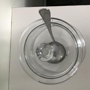Punch og lemonade skål med slev, CHRISTOFLE (fransk mærke)  Skålen kan indeholde 5 L, højde 30cm.  Sleven er i rustfristål og uden brugsmærker. Skålen har to små fliger, men de er ikke synlige 5 og 7 mm).  Pris i butikken var 1500kr. Sælges for 500kr