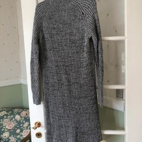 Super flot varm strik kjole . Der er et lille bitte hul ved syningen bag på ved samlingen på ærmet . 🌸