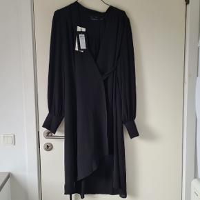 Aldrig brugt ☺ Model: https://www.selected.com/dk/da/sl/femme/kjoler/sla-om---kort-kjole-16071790.html?cgid=sl-femme-dresses&dwvar_colorPattern=16071790_Black