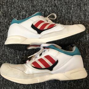 Adidas Torsion Response Lite Str. 37 1/3 Lidt slid på begge sko og et mindre hul på stoffet på den ene sko, som det kan ses på billedet.