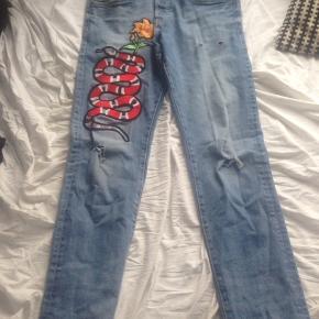 H og m bukser, der prøver at ligne et par Gucci bukser. Str 31/32! BYD gerne :)