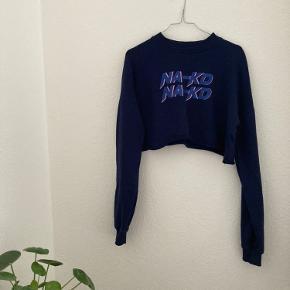 Cropped sweatshirt fra NA-KD med print foran. Trøjen er mørkeblå🌟💙