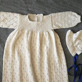Ny Håndstrikket Dåbskjole!  Materiale: 100 % økologisk Bomuld.  Størrelse: 0-4 mdr. Overvidde: 50 cm Længe: 110 cm