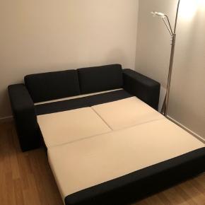 Jeg sælger denne sovesofa for min mormor, da hun skal flytte. Den fejler ingenting og er kun blevet brugt til at stå til pynt - så den er helt som ny!  Mål: Liggemål længde: 200 cm Liggemål bredde: 150 cm Dybde armlæn: 85 cm Bredde på armlæn: 22 cm Bredde på sofa: 195 cm  Byd endelig!