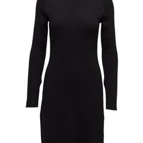 Fra 2nd Day Lækker strik kjole. Slidser i begge sider.  OBS: Min er mørkeblå og ikke sort som billedet