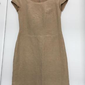Varetype: Midi Farve: Sand Oprindelig købspris: 1800 kr.  Elegant hør/silke kvalitet. Foer. Lynlås i ryg. Let faconsyet, knælang. Smuk smuk enkel kjole der er let at bruge/style efter anledning. Byd gerne.