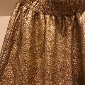 """"""" guld """" bukser med stræk og lommer foran.  Ny pris 600 kr , kun brugt en gang"""