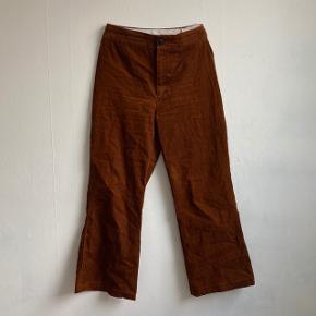 brune corduroy bukser med en smule svaj fra zara   de er blevet syet ind til at kunne passe en 38  ville anbefale dem til folk som er mere lav i højden eller hvis man intet problem har med at anklen er synlig kunne de også sidde rigtig elegant !