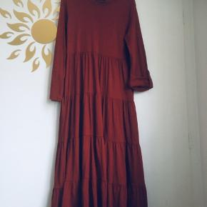Meget flot oversize maxi kjole i 100% bomuld købt fra irmabutik. Ærmerne kan tages op med knap. Fast pris og handler kun via Trendsales Køb nu ❣️