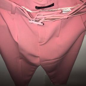 Jeg sælger min bukser fra Zara. Jeg har desværre aldrig fået dem brugt.  Jeg sælger dem for 300kr