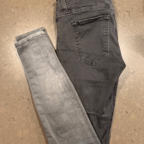 Super seje skinny-jeans i størrelse 26 med fading sort til grå