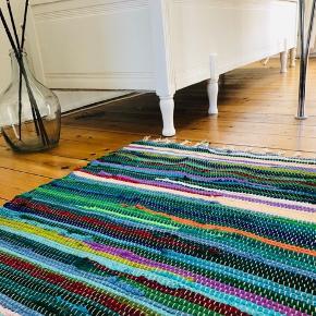 Lille smukt svensk kludetæppe i fine farver. Mål : B: 61 L: 100✨