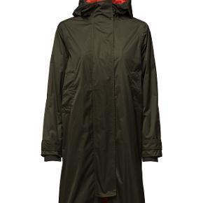 Helt ny frakke, lang jakke, regnfrakke i vandafvisende materiale fra Ganni. Kan sende flere fotos via email.  Passer str m, 38