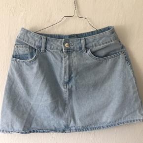 Salgs info  - Alle mine handler forgår over DAO, da jeg syntes det er mest troværdigt.  - fragt 36+-  - køber betaler fragt  Info om tøj  - A formet nederdel  - God til det dejlige sommervejr  - Sælger pga jeg er vokset ud af den.