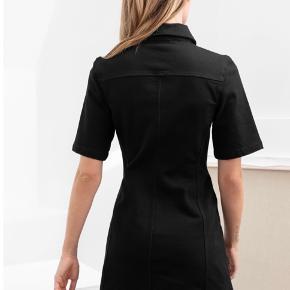 Helt ny, meget flatterende denim kjole fra & Other stories, kun brugt en enkelt gang i et par timer, str 42 :)  kan afhentes på Nørrebro!