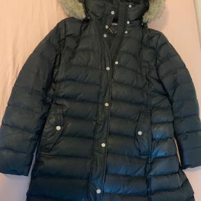 Super flot jakke fra Tommy Hilfiger, som kun er blevet brugt én vinterperiode. Har dog mistet bæltet bag på jakken, hvilket er årsagen til den sælges. ☺️ - Skriv hvis du er interesseret! 😁