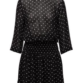 MONETTE KJOLE SORT DOT.Smuk sort viskose kjole fra Ganni med hvide prikker. Kjolen har trekvartærmer, detaljeret rynkeeffekt omkring taljen, lynlåslukning bagpå, samt dobbelt lag i skirt.  Kvalitet: 100% Viskose Vaskeanvisninger: 30 graders skånevask.  Kjolen er som ny - kun brugt få gange.  Handler gerne både TS og mobilepay - ved TS betaler køber disse gebyrer.  Forsendelse m DAO - 39 kr. incl. tracking, forsikring og levering i løbet af 3-4 dage.    Midi Farve: Sort