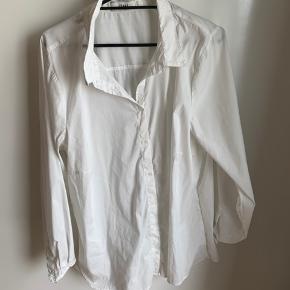 Fin hvid skjorte fra zizzi str L  Brugt 2 gange.  Mp 100 pp
