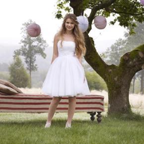 Sælger min smukke konfirmations kjole som er købt i lilly i år 2013. Brugt 1 gang, til min konfirmation. Snørrer medfølger til lukning bagi.  Sendes forsikret eller afhentes i vordingborg/næstved eller Haslev.