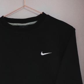 Sort sweater fra Nike. Brugt men ikke tegn på slidtage  Køber betaler fragt