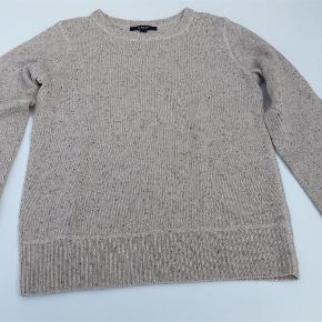 Varetype: Ny fin bluse/sweater Størrelse: S rummelig se mål Farve: Lys meleret Oprindelig købspris: 800 kr.  Forsendelse med DAO    Materiale: 80% uld, 20% polyamid    Mål under ærmer: 2 x 49 cm  Fra nakke til underste kant: 61 cm