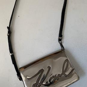 Smukkeste karl lagerfeld sølv taske . Den har aldrig været brugt og skal nu have en ny ejer