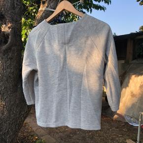 #Secondchancesummer.  Rigtig fin blød Jersey blazer i lys grå melange, med lyserødt for. Har en enkelt knap i toppen.