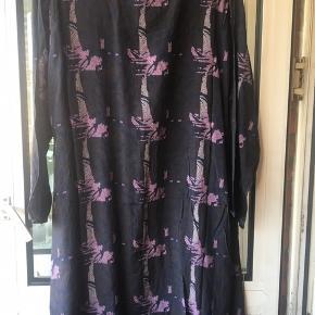 Ny tunika med 2 skrålommer  BM 54 x 2 cm  Længde 86 cm