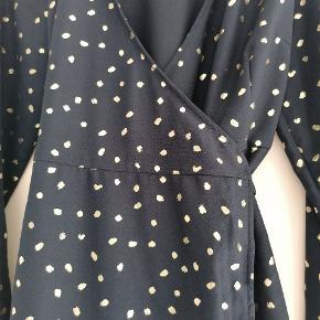 Brugt 1 gang til juleaften. Aldrig vasket. Med bindebånd. Rigtig flot mørkeblå med guld prikker. Fin kjole.