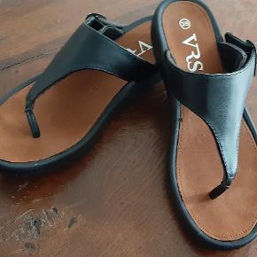 Sandaler sorte str 39 længden er ca 25,5 cm Kun brugt få gange Bemærk prisen er inkl fragt med DAO  Helst MobilPay 😉